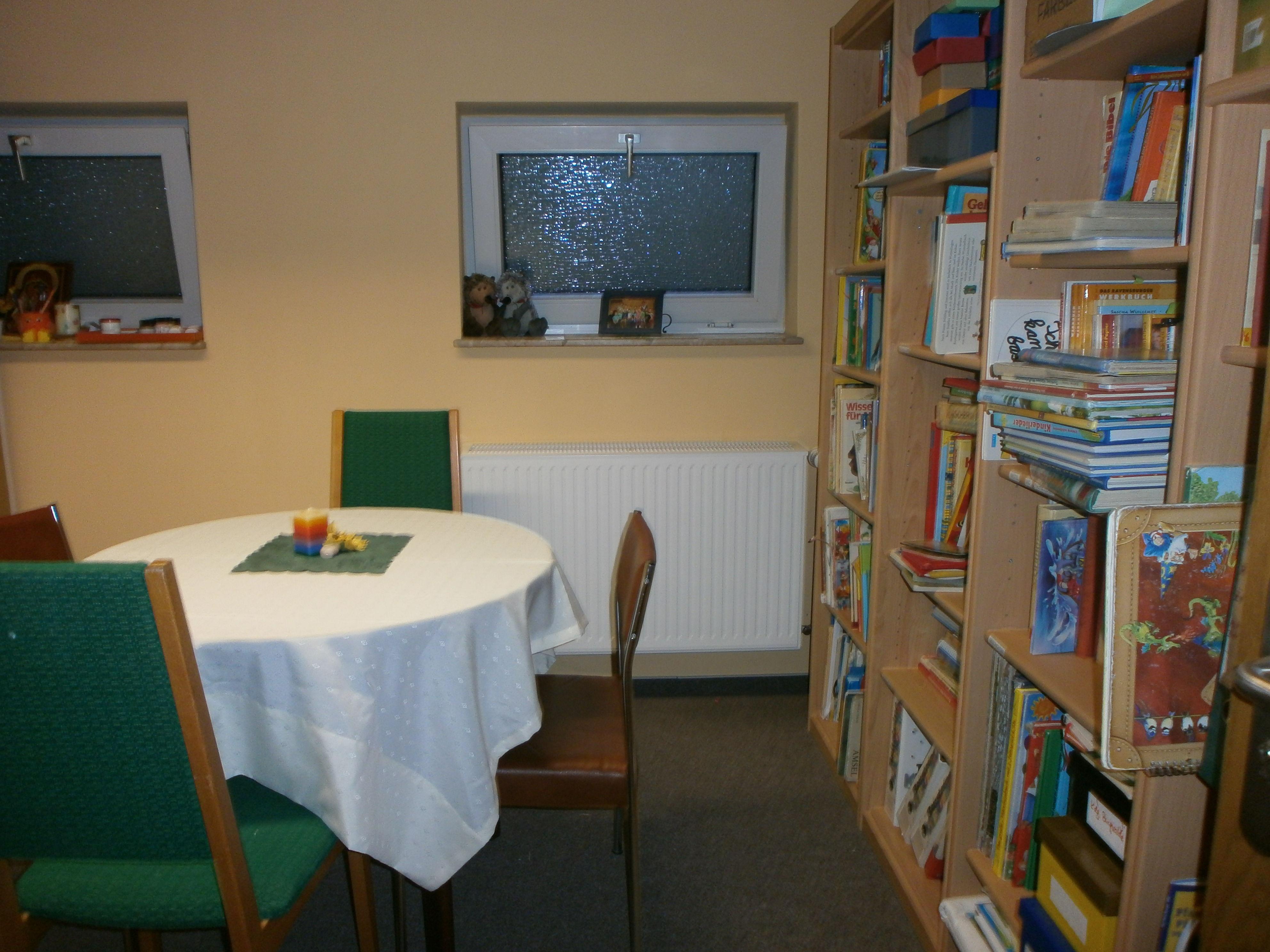 Erzieherzimmer mit Bibliothek