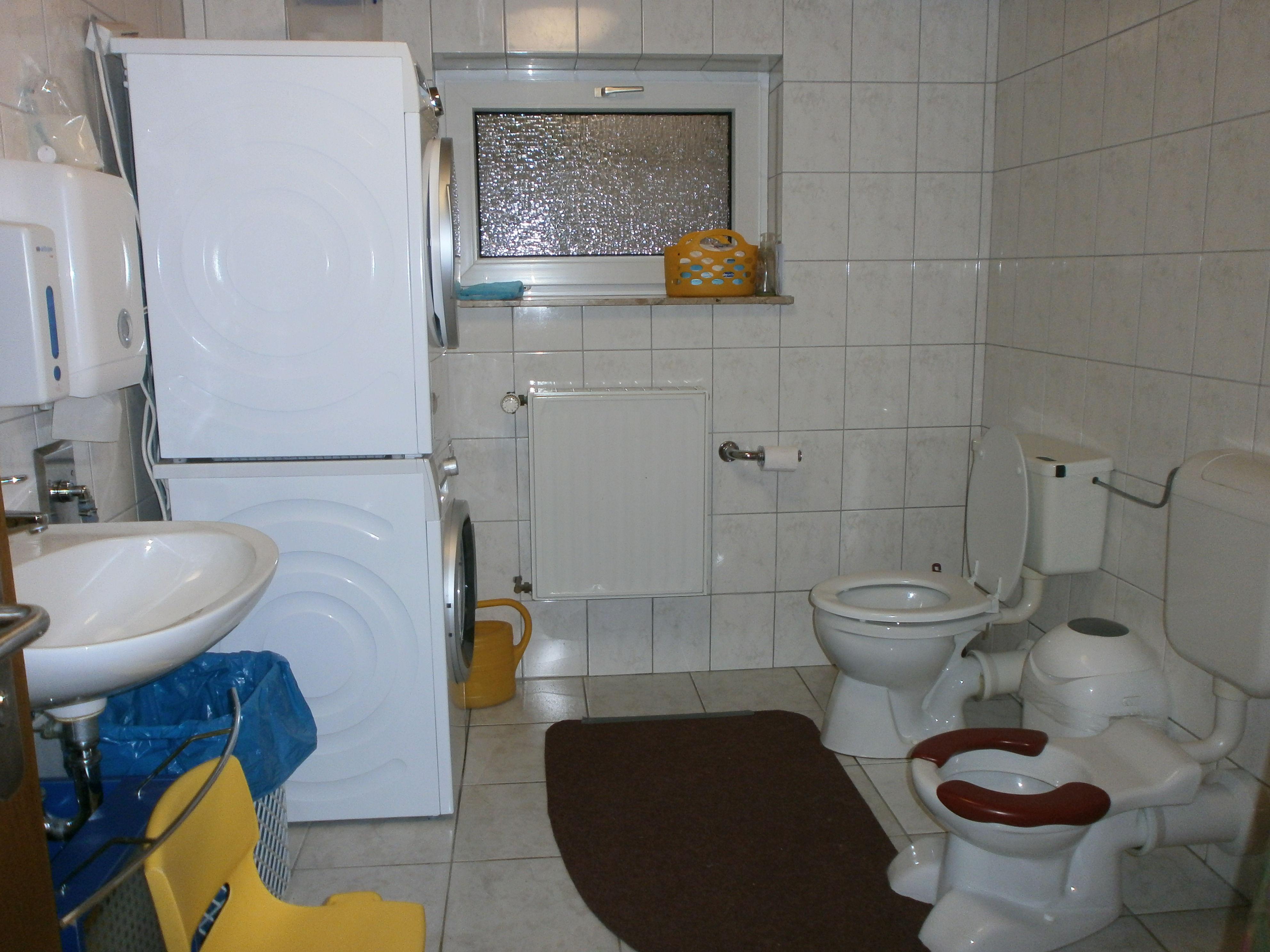 Toiletten-Waschraum im KG